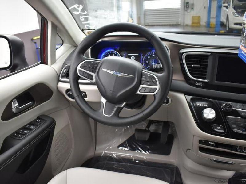 Red Chrysler Voyager image number 10
