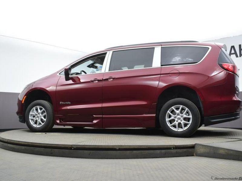 Red Chrysler Voyager image number 23