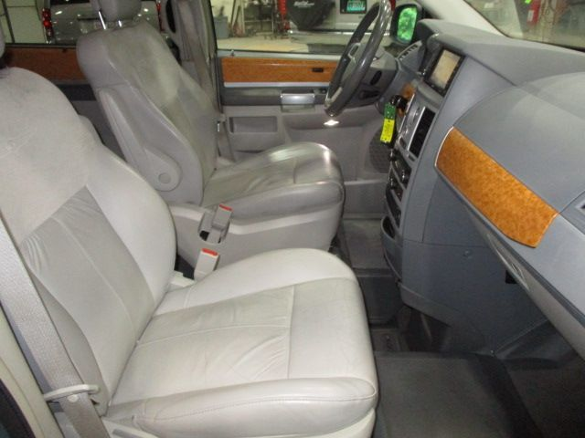 Chrysler Town and Country image number 11