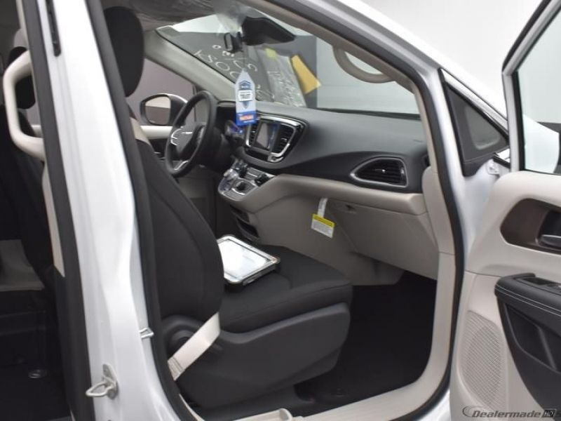 White Chrysler Voyager image number 1