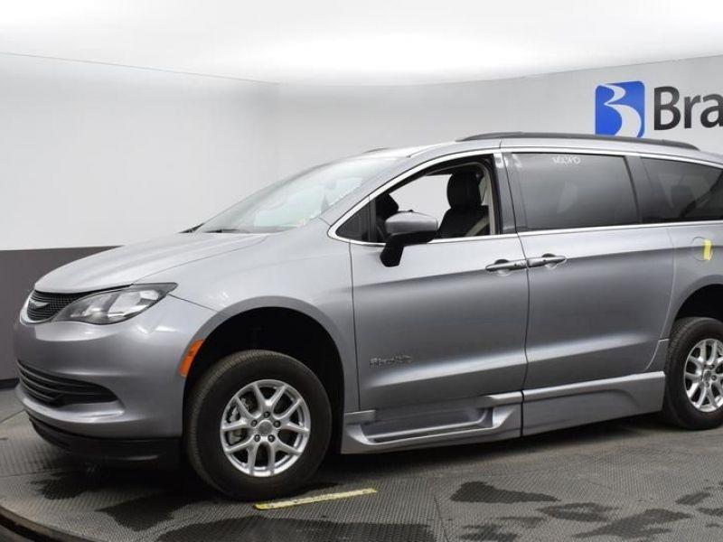 Silver Chrysler Voyager image number 2
