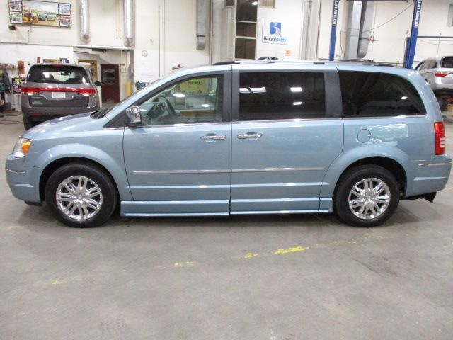 Chrysler Town and Country image number 3
