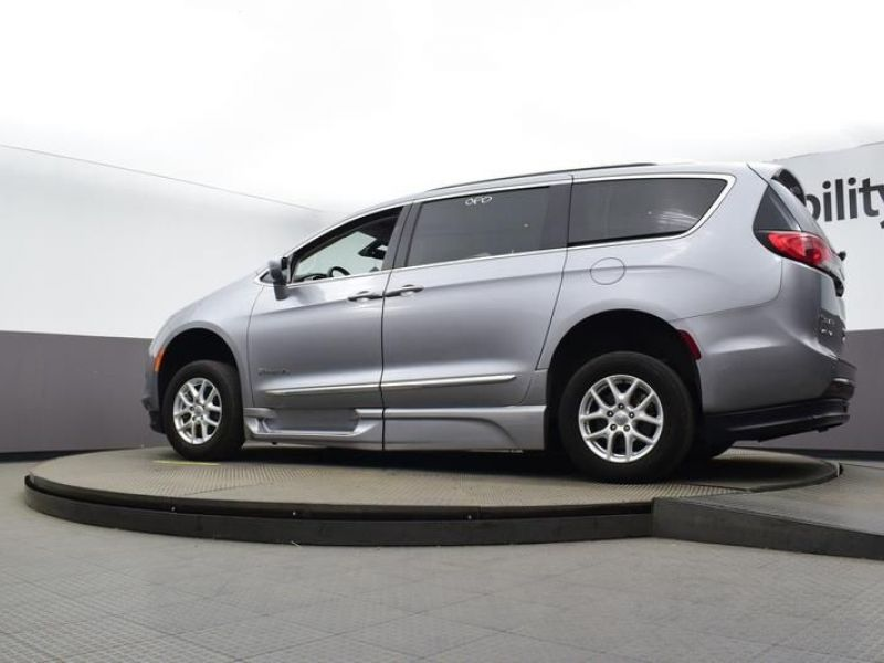 Silver Chrysler Pacifica image number 17