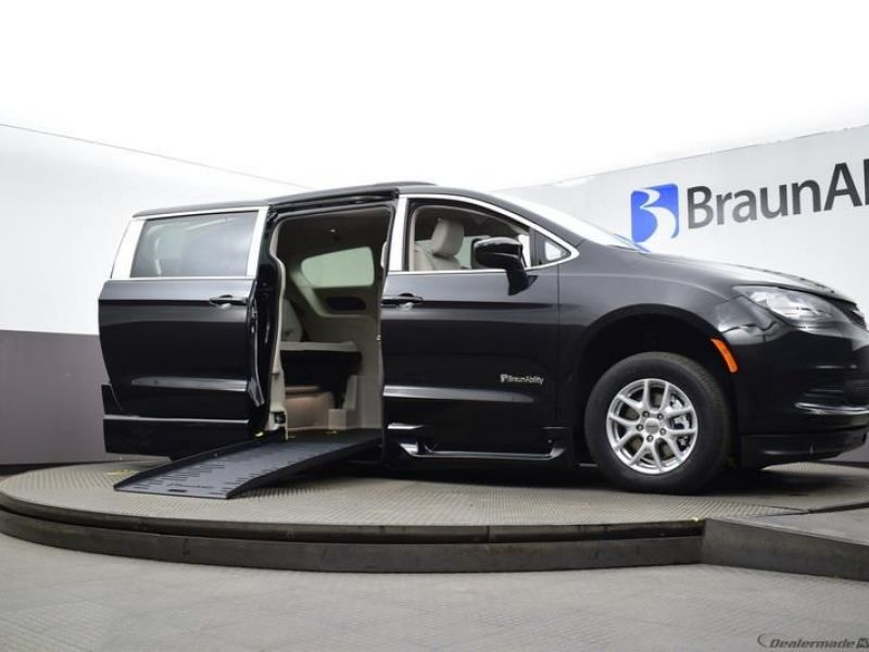Black Chrysler Voyager image number 16