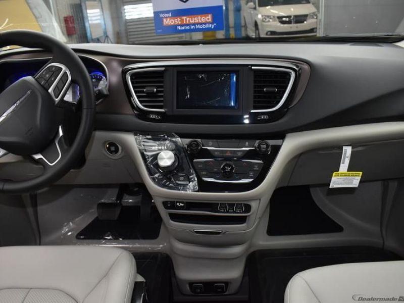 Gray Chrysler Voyager image number 15