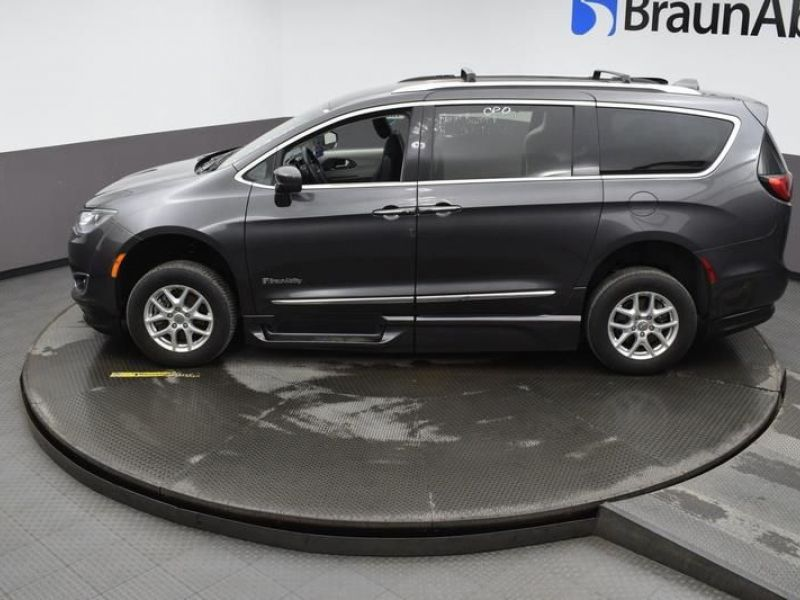 Gray Chrysler Pacifica image number 21