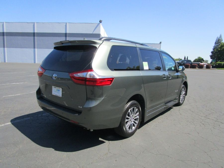 Green Toyota Sienna image number 6