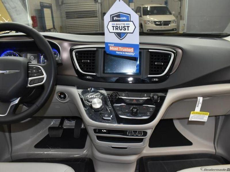 Gray Chrysler Voyager image number 10