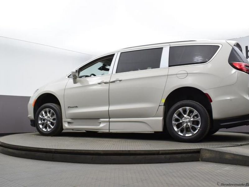 White Chrysler Pacifica image number 16