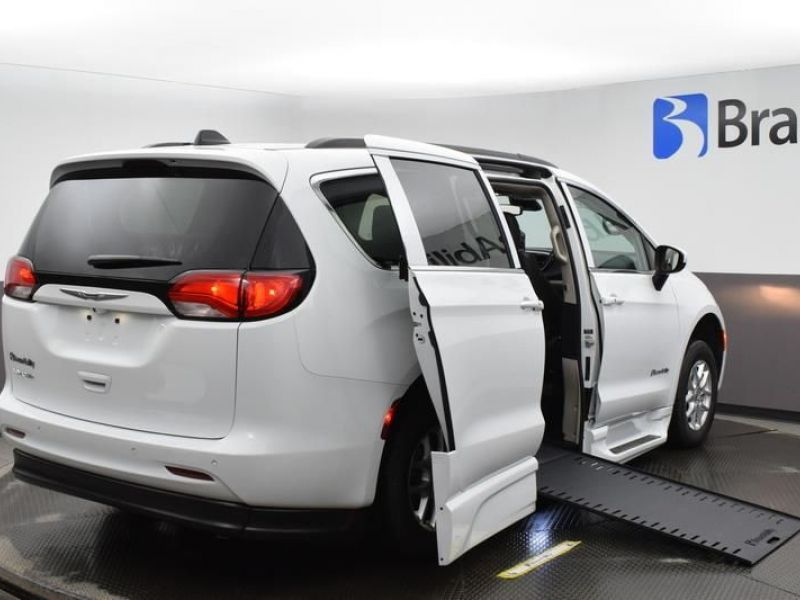 White Chrysler Voyager image number 6