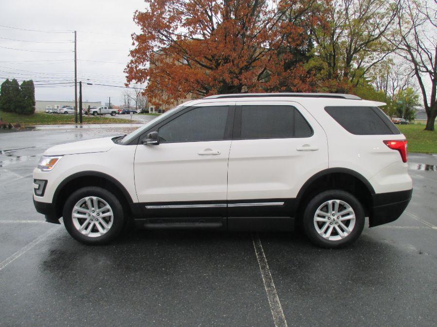 White Ford Explorer image number 2