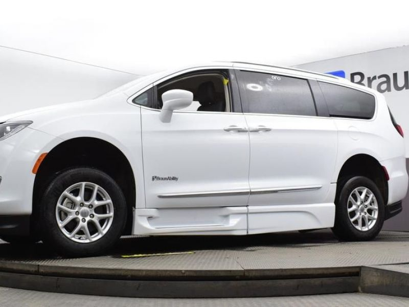 White Chrysler Pacifica image number 10