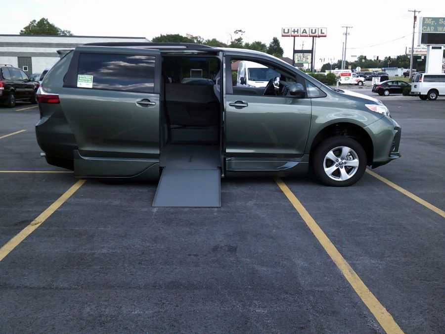 Green Toyota Sienna image number 17