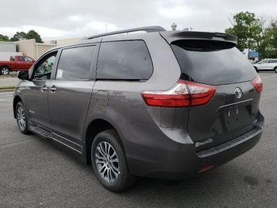 Gray Toyota Sienna image number 4