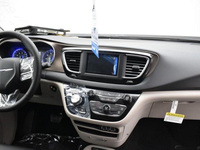 Silver Chrysler Voyager image number 3