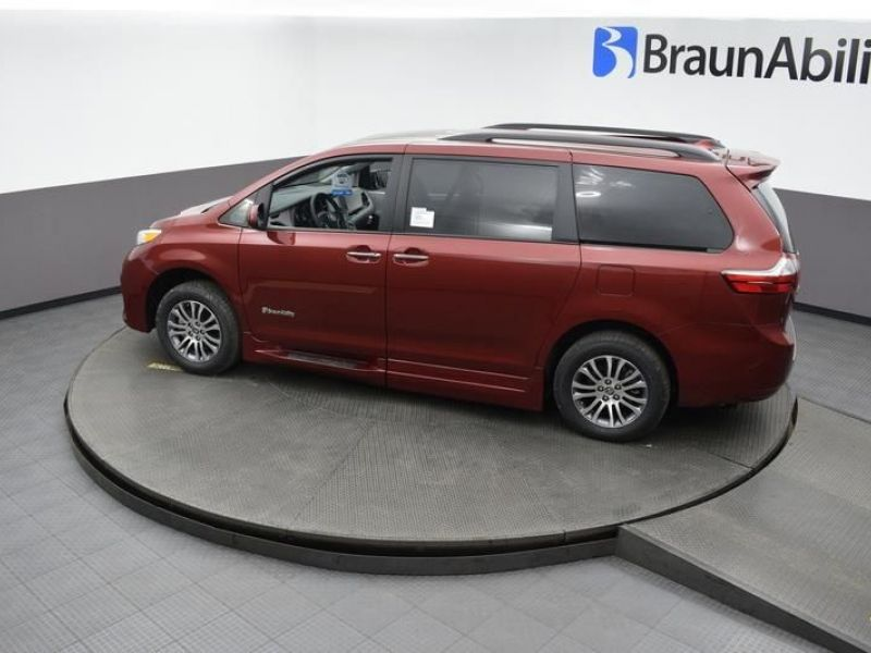 Red Toyota Sienna image number 21