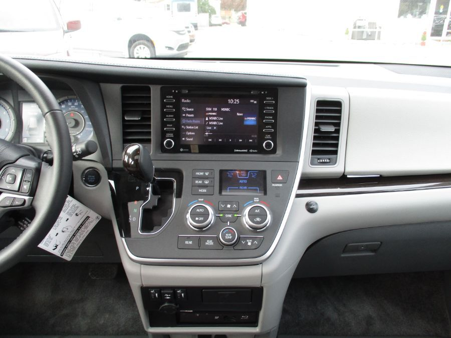 Silver Toyota Sienna image number 6