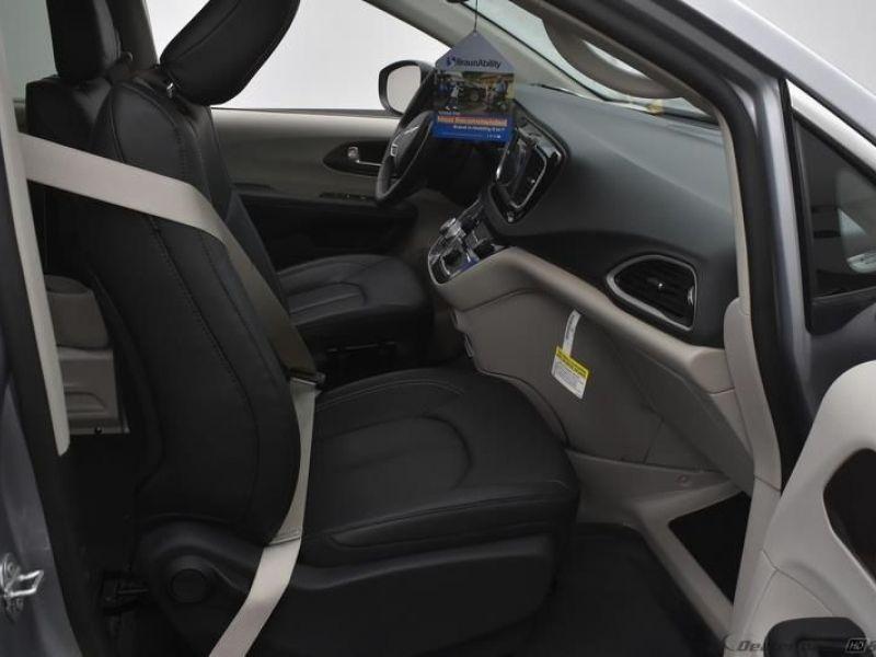 Silver Chrysler Voyager image number 7