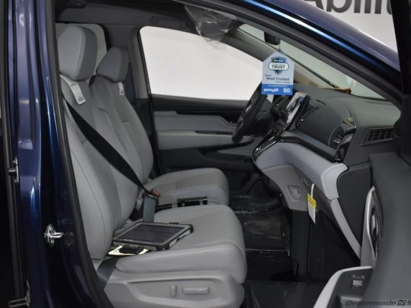 Blue Honda Odyssey image number 9