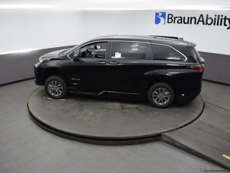Black Toyota Sienna image number 22