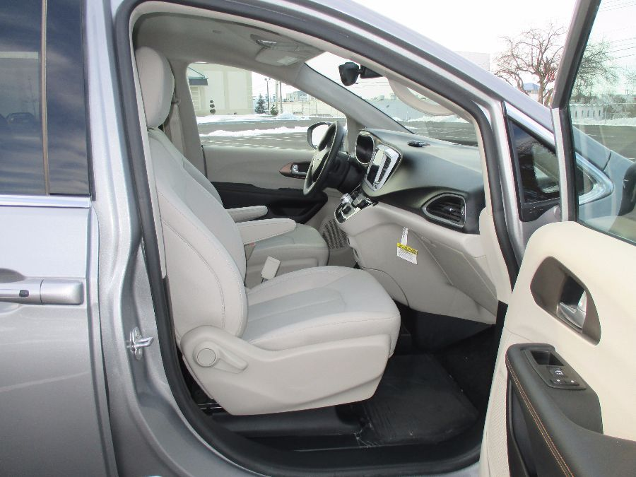 SILVER Chrysler Pacifica image number 32