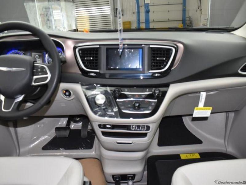 White Chrysler Voyager image number 10