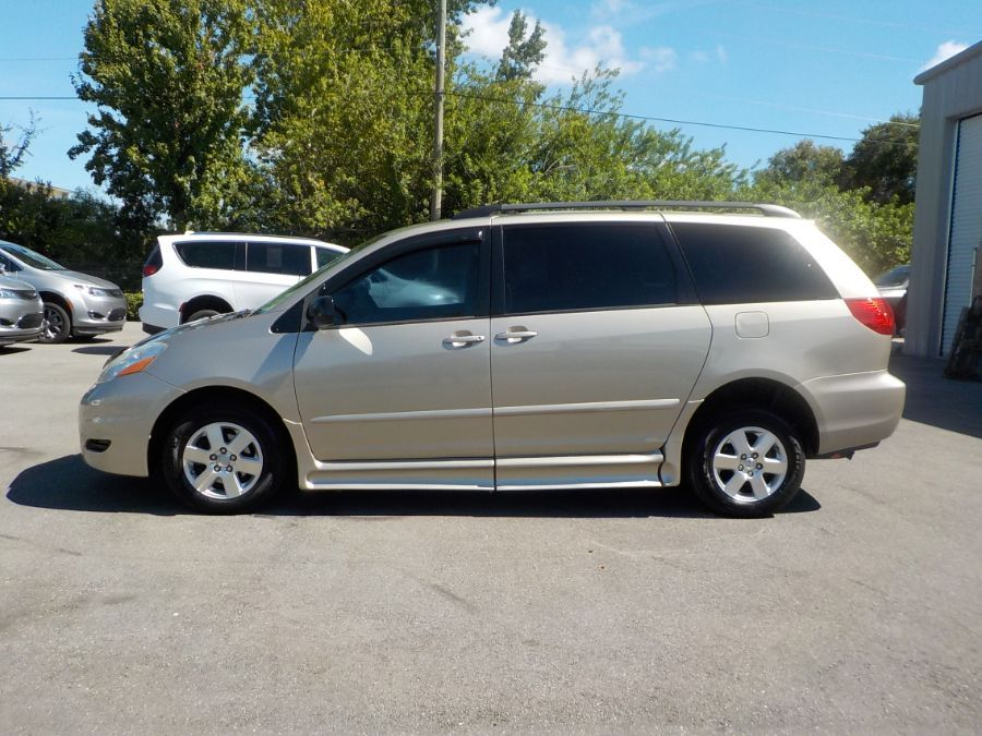 Toyota Sienna image number 2