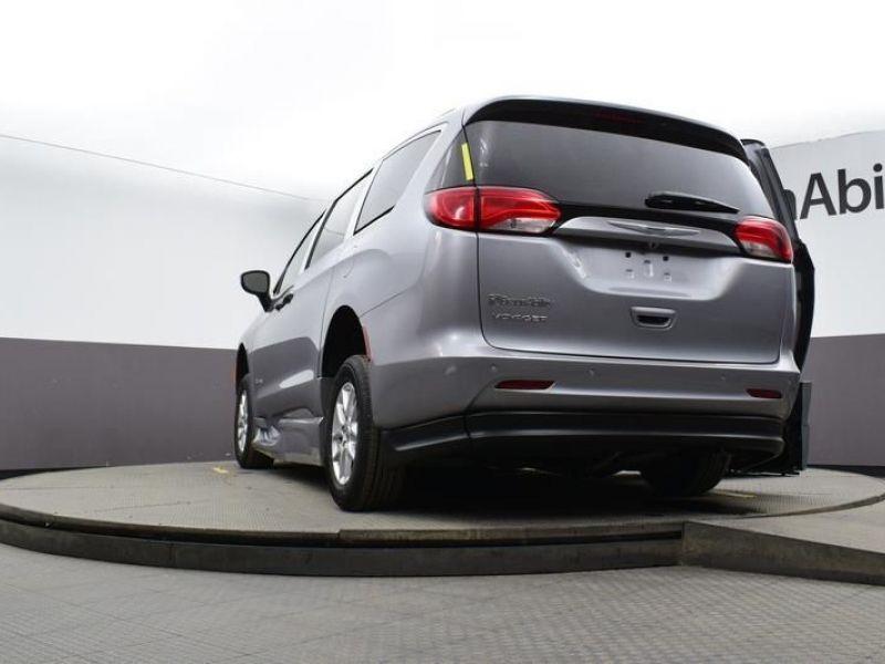 Silver Chrysler Voyager image number 19
