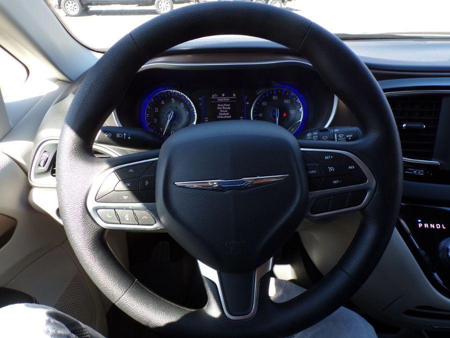 White Chrysler Voyager image number 14