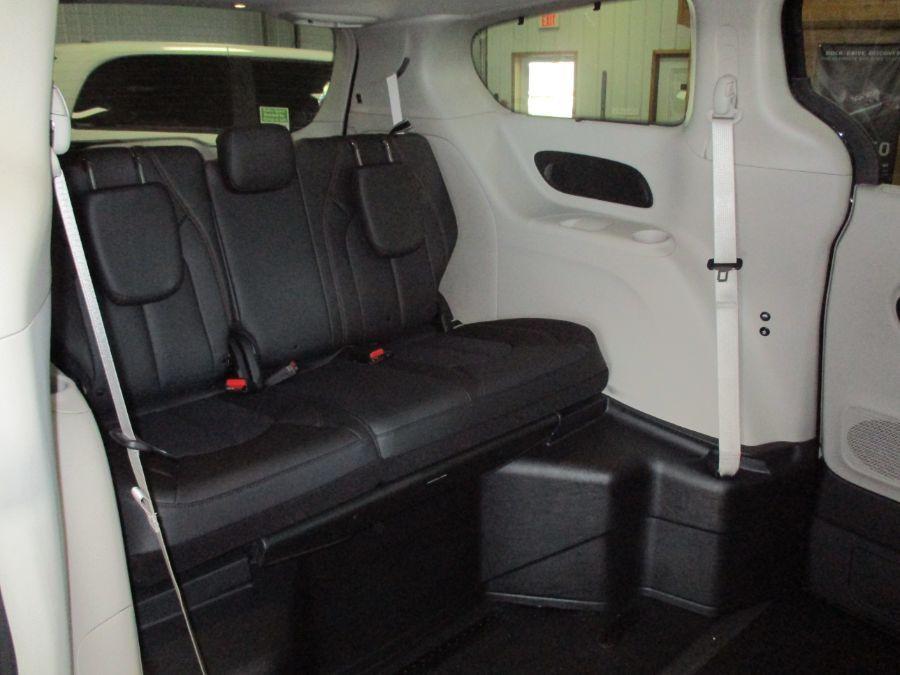 Black Chrysler Pacifica image number 11