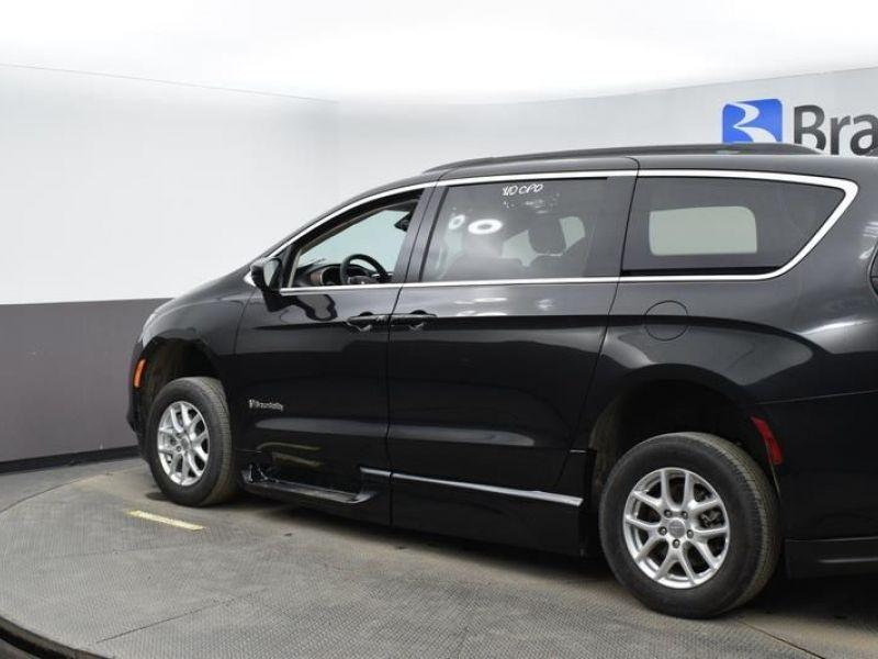 Black Chrysler Voyager image number 4
