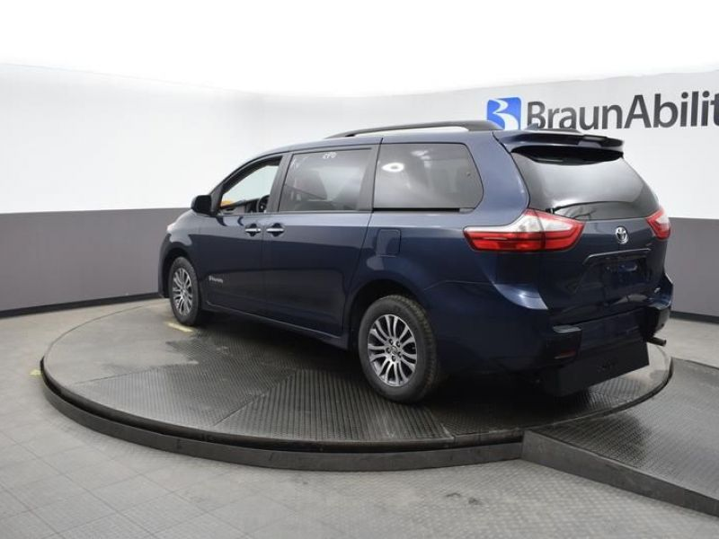 Blue Toyota Sienna image number 17