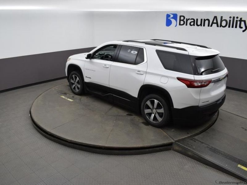 White Chevrolet Traverse image number 25
