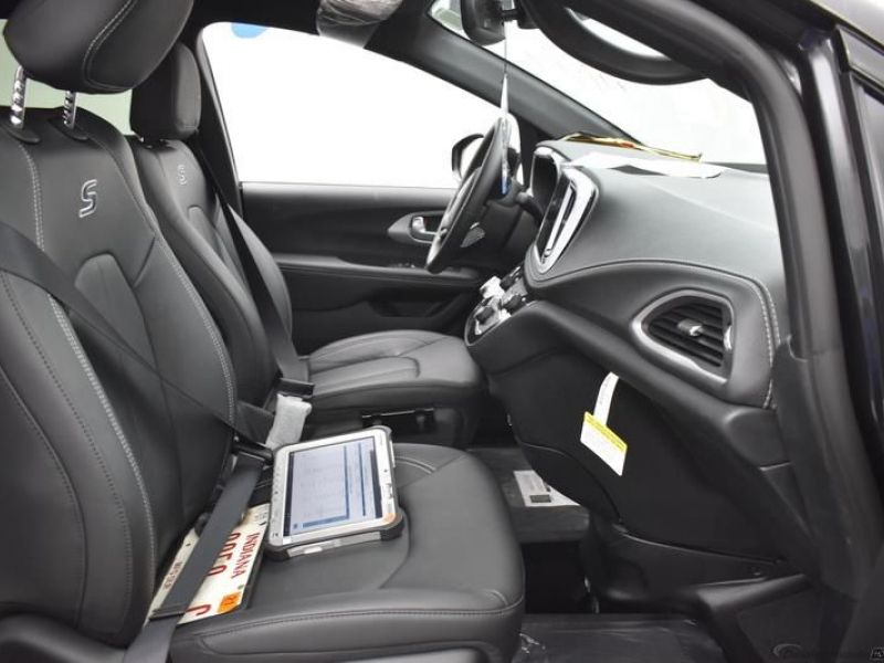 Black Chrysler Pacifica image number 7