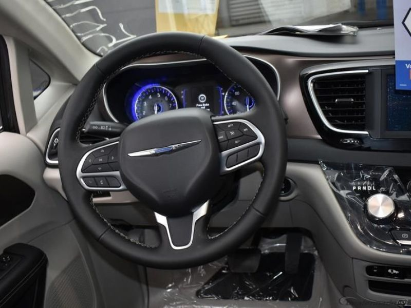 Gray Chrysler Voyager image number 28