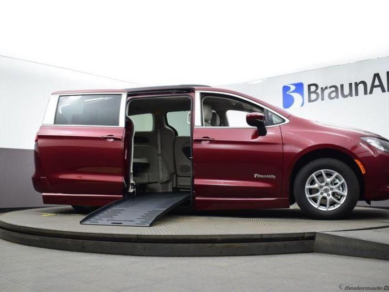 Red Chrysler Voyager image number 15