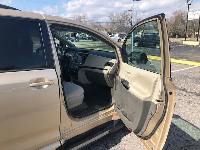 Gold Toyota Sienna image number 11