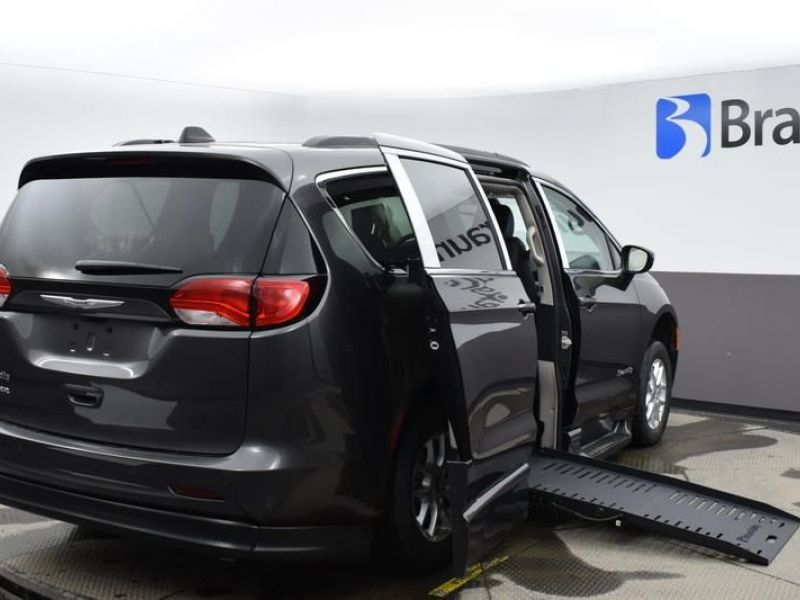 Gray Chrysler Voyager image number 6