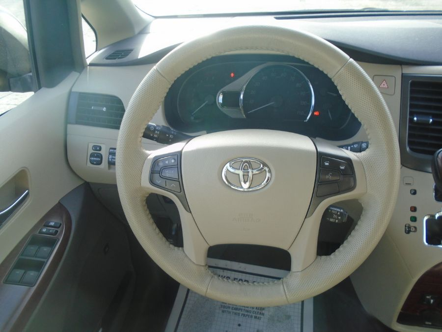 Gold Toyota Sienna image number 15