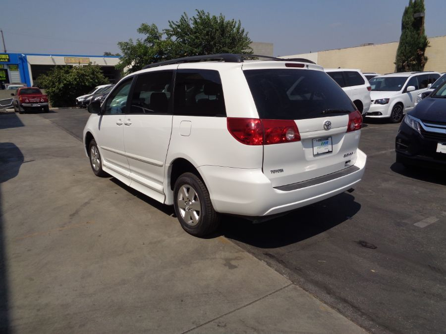 White Toyota Sienna image number 31
