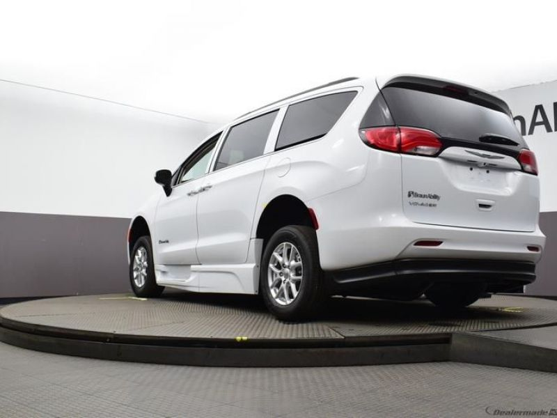 White Chrysler Voyager image number 19