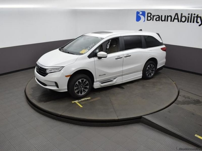 White Honda Odyssey image number 21