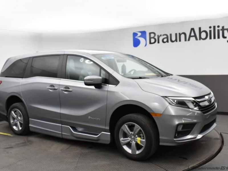 Silver Honda Odyssey image number 16