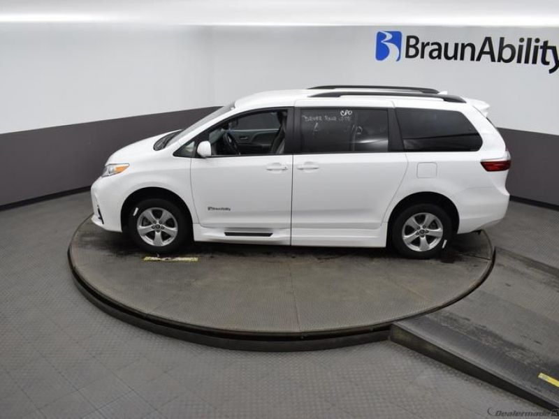 White Toyota Sienna image number 20