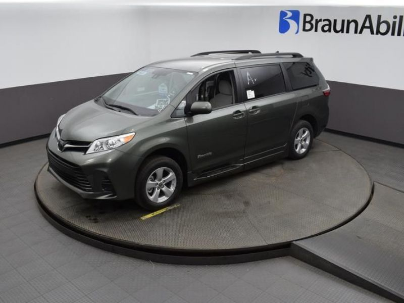 Green Toyota Sienna image number 21