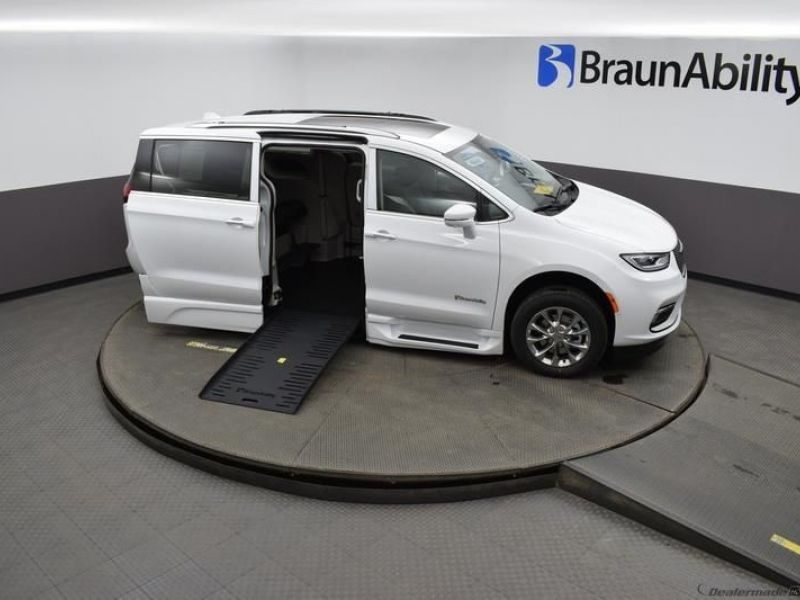 White Chrysler Pacifica image number 18