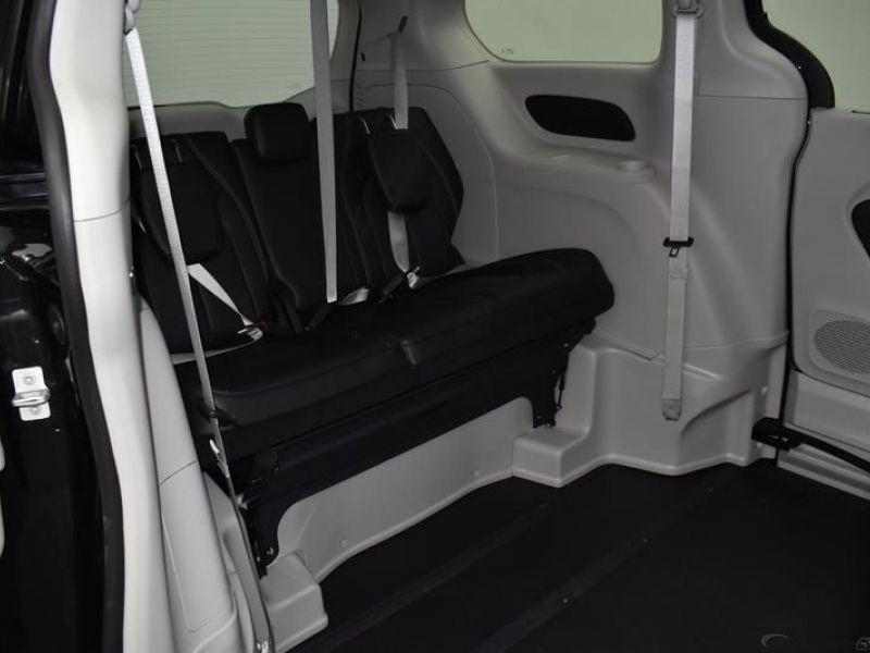 Black Chrysler Voyager image number 8