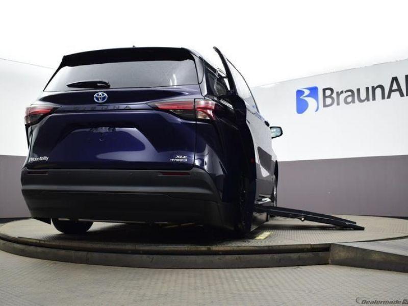 Blue Toyota Sienna image number 17