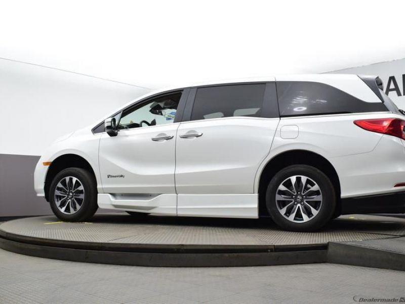 White Honda Odyssey image number 17