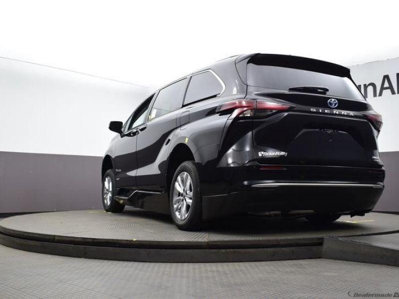 Black Toyota Sienna image number 18